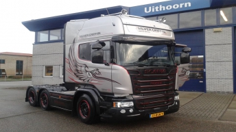 Scania R580 Silver Griffin voor Leliveld
