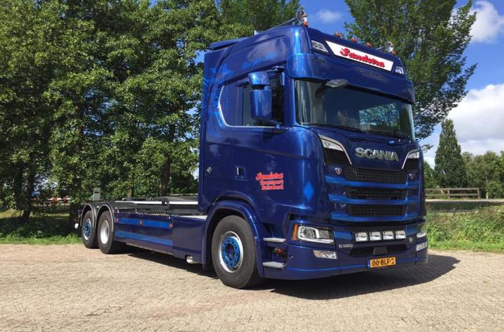 Nieuwe Scania S580 motorwagen voor Sandstra te Bolsward