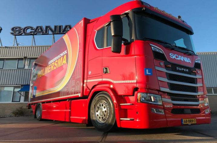 Scania 520S voor rijschool Holmersma uit Leek