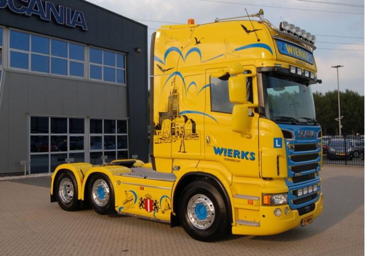 Fotobijschrift: Twee zeer doordachte en dik uitgevoerde Scania's R 500 met voorloopas voor Verkeersschool Wierks Dordrecht