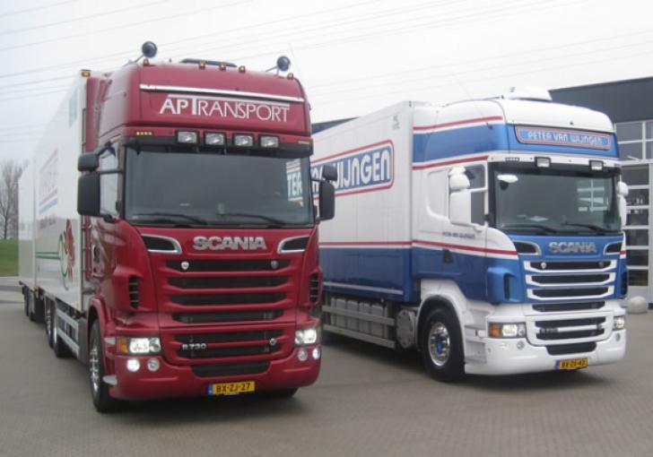 Twee Scania 730pk bakwagen combi's naast elkaar bij de Scania vestiging in Alblasserdam. Een fraai gezicht.