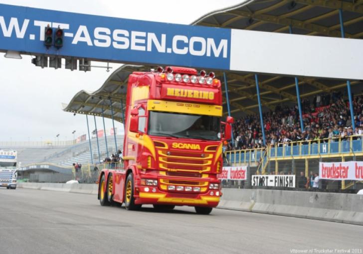De nieuwe Scania van Meijering in actie voor de hoofdtribune.