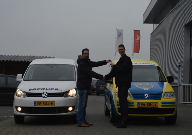 Tim van Langen krijgt de sleutels overhandigd door Gerben Stortenbeker (L)